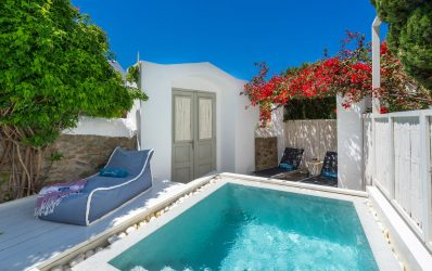 Outdoor jacuzzi and luxury sun loungers at the garden in the Garden Suite in Semeli Hotel.