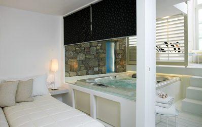 Ιδιωτικό Jacuzzi στην πολυτελή Executive Pool View Σουίτα στο Semeli Hotel in Mykonos Town