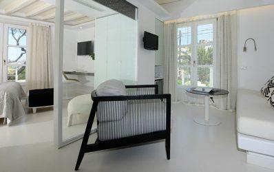 Η επίπλωση στο lounge της πολυτελούς Junior Double Sea View Σουίτας στο Semeli Hotel Mykonos