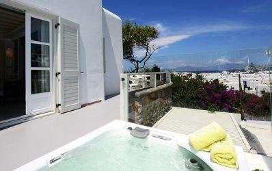 Ιδιωτικό Jacuzzi spa με θέα στη θάλασσα & και τη Χώρα στην πολυτελή Semeli Panoramic View Σουίτα