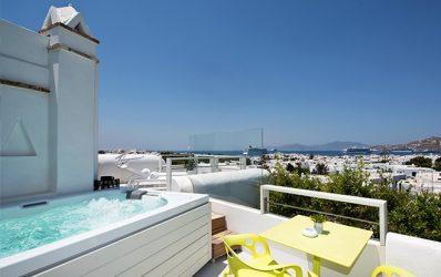 Ιδιωτικό Jacuzzi σε βεράντα σε ένα από τα Semeli Hotel Mykonos Town Superior Double Sea View Δωμάτια με Spa
