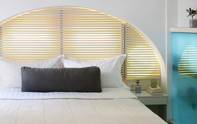 Κρεβάτι & μαξιλάρια σε ένα πολυτελές Superior Double Δωμάτιο στο Semeli Hotel in Mykonos